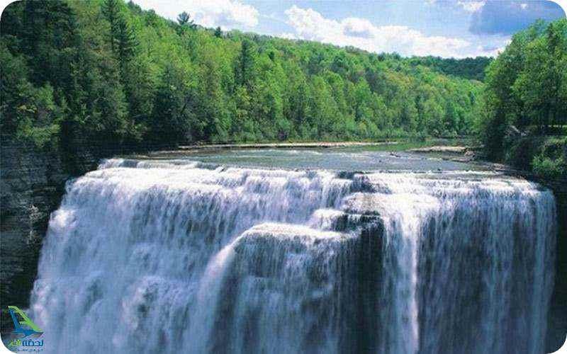 آبشار در جنگل های آمازون